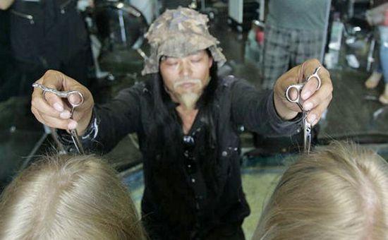 Китайский парикмахер подстригает клиентов с закрытыми глазами