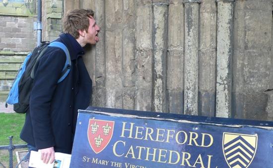 Мужчина на спор оближет все соборы Великобритании