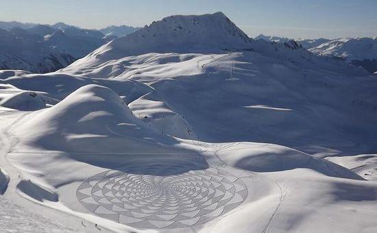 4970b 640wi1 Художник ногами рисует гигантские картины в снегу