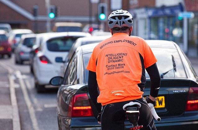 article 2215150 156B2E2D000005DC 666 638x425 Британец проезжает 80 км в день на велосипеде с написанным на спине резюме