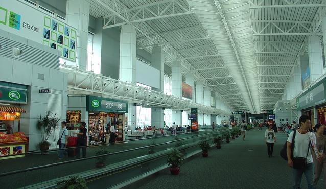 Guangzhou Baiyun International Airport   Departure Lounge Мужчина надел на себя 70 вещей, чтобы не платить за лишний багаж