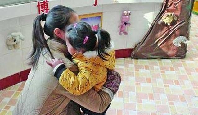 Not free hug В детском садике в Китае воспитатели обнимали детей за деньги