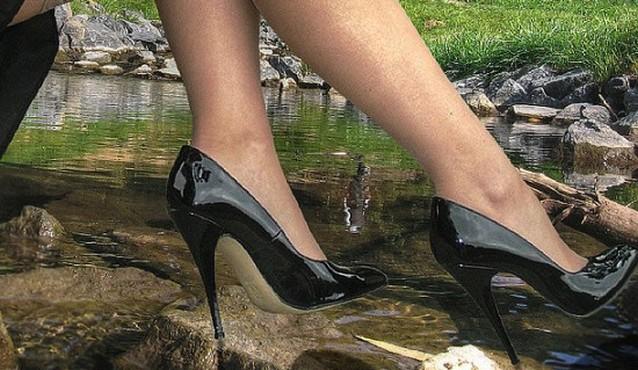 Все больше женщин укорачивают себе мизинцы, чтобы нога влезла в туфлю