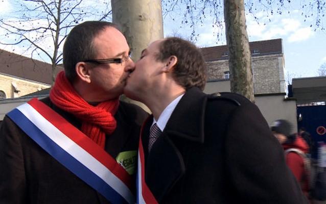 Политики-гетеросексуалы поцеловались в знак поддержки ЛГБТ-сообщества