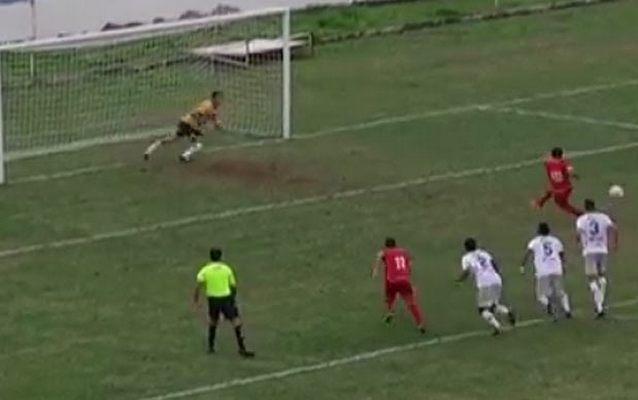 Бразильский футболист пробил пенальти себе за спину