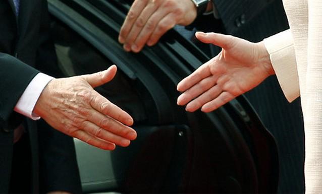48008 Шведу выплатят компенсацию за отказ пожимать руку женщине